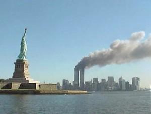 Pohled na zasažené věže WTC a Sochu Svobody